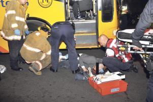 El anciano quedó al lado del bus que lo atropelló en el centro de San José