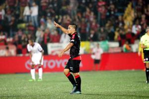 Harry Rojas marcó el segundo gol del León, que tiene al Saprissa en la cuerda floja. (Foto: Herbert Arley)
