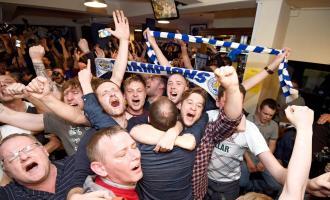 Seguidores del Leicester festejan el histórico título obtenido por su club en Inglaterra