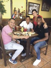 Arias, Saravia y Brown son rivales en la cancha pero se consideran grandes amigos, viven juntos. En la fotografía los acompaña una aficionada