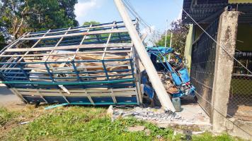 El camión colisionó contra un poste