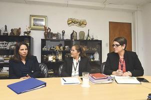 Lynn Carrillo, vicepresidenta de NBCUniversal, junto a Iary Gómez, gerente general del Grupo Extra, y Paola Hernández, directora de DIARIO EXTRA