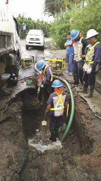Empleados de la ESPH trabajaban en la reparación de ambas tuberías
