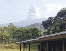 Así lucía desde los alrededores del volcán la expulsión de ceniza registrada en diferentes momentos del día