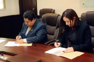 Carlos Villalta, ministro de Transportes, e Íngrid Guzmán, subgerente de Scotiabank, firmaron el convenio