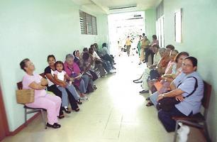 Los expertos indican que cada vez más personas acuden por crisis de asma a las salas de emergencia. (Foto: Archivo)