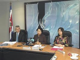 José Fabio Herrera, microbiólogo; María del Rocío Sáenz, presidenta de la Caja; y la ingeniera Dinorah Garro anunciaron la compra de los servicios