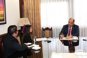 El presidente Luis Guillermo Solís conversó sobre su gestión con los  periodistas Jacqueline Solano y Erick Carvajal