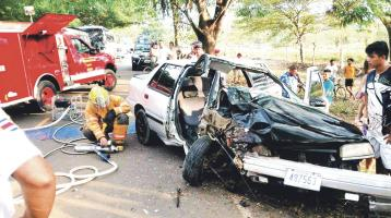 El carro se destrozó tras impactar contra un árbol a la orilla de la carretera