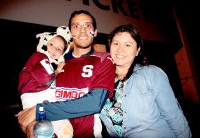 Gustavo Arias, Raquel Cordero y la pequeña Tábatha Arias llegaron al Ricardo Saprissa