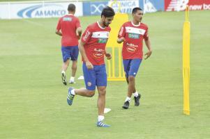 Bryan Ruiz se entrena de lleno con el resto del grupo. El capitán tricolor terminó subcampeón de la liga en Portugal