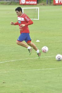Johnny Acosta se recuperó de una lesión y entrena al 100% para ganarse un cupo en el once inicial de la Copa América (Foto: Francisco Herrera)