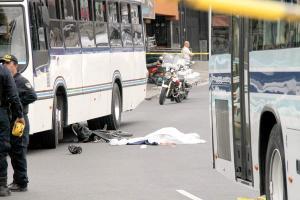 La bicicleta en que viajaba la víctima quedó a pocos metros del cadáver, cubierta de sangre y con una capa