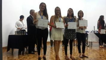 El MEP rinde reconocimiento a estudiantes por su excelencia académica en bachillerato internacional.
