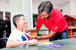 Ruiz compartió varios minutos con el pequeño Diego Reyes, quien se declaró fanático del futbolista