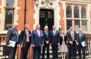 Solís se reunió con funcionarios de la Universidad Queen Mary de Londres