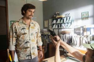 Esta imagen muestra a Wagner Moura interpretando a Pablo Escobar en la serie