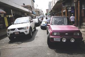 Huecos y levantamiento de la calle provocan serios daños a los vehículos que circulan por ese sector