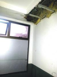 Desde el segundo piso el agua invadió el edificio que la policía alquila en ¢5 millones