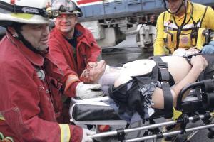 Los rescatistas lo sacaron debajo de un vagón